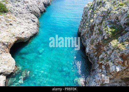 Apulien Leuca, Italien, Grotte von ciolo - türkisfarbenes Wasser an der Grotte Ciolo Stockbild