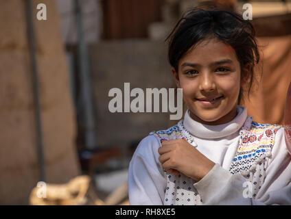 Porträt eines schüchternen Saudi Mädchen auf der Straße, Najran Provinz Najran, Saudi-Arabien Stockbild