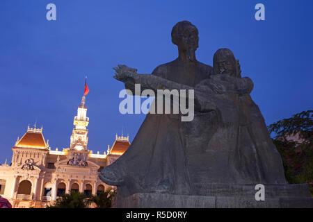 Vietnam, Ho Chi Minh City, Ho Chi Minh Statue und Rathaus Stockbild