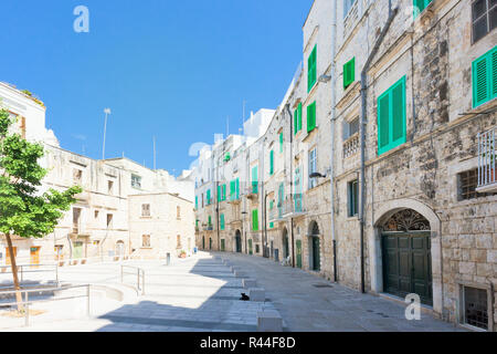Molfetta, Apulien, Italien - Marktplatz von Molfetta von Wohngebäuden umgeben Stockbild