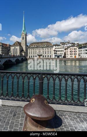 Münsterbrücke, Limmat, Poller, Fraumünster, Zürich, Schweiz | Munster Brücke, Fluss Limmat, Stockbild