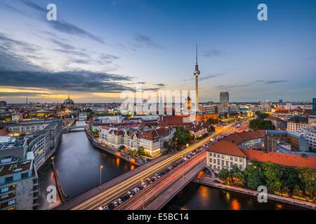 Berlin, Deutschland Skyline der Stadt in der Dämmerung. Stockbild