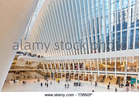Geschäfte innerhalb der Station. Die Oculus, World Trade Center Verkehrsknotenpunkt, New York City, USA. Architekt: Santiago Calatrava, 2016. Stockbild