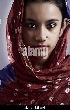 Portrait von ländlichen Mädchen mit dupatta auf dem Kopf Stockbild