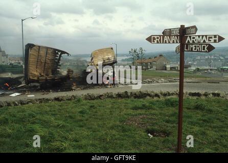Die Unruhen Nordirland Londonderry Derry, entführten Burn out Autos 1980 s UK Fluss Foyle im Abstand HOMER Stockbild