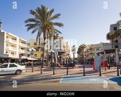 Die Strandpromenade in der Mitte der Urlaubsort Bugibba St. Paul's Bay, Malta Stockbild