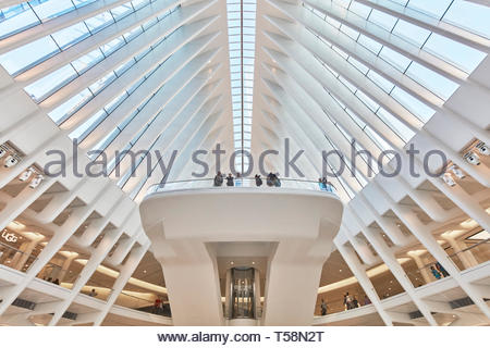 Blick auf den Balkon. Die Oculus, World Trade Center Verkehrsknotenpunkt, New York City, USA. Architekt: Santiago Calatrava, 2016. Stockbild