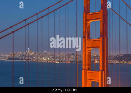 Blick auf die Golden Gate Bridge von der Golden Gate Bridge Vista Point in der Dämmerung, San Francisco, Kalifornien, Vereinigte Staaten von Amerika, Nordamerika Stockbild