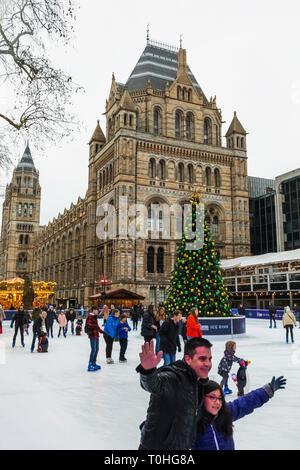 England, London, South Kensington, das Natural History Museum Ice Rink, Eislaufen Stockbild
