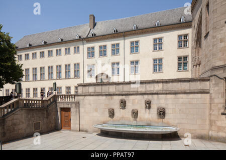 Zentralbibliothek im Gebäudekomplex des ehemaligen Jesuitenkollegs, Springbrunnen, der Stadt Luxemburg, Luxemburg, Europa ich Nationalbibliothek im Gebäudekomp Stockbild