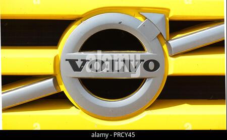 Volvo Logo auf einem gelben Grille, Deutschland, Europa ich Volvo - Logo in einem gelben Kühlergrille, Deutschland I Stockbild