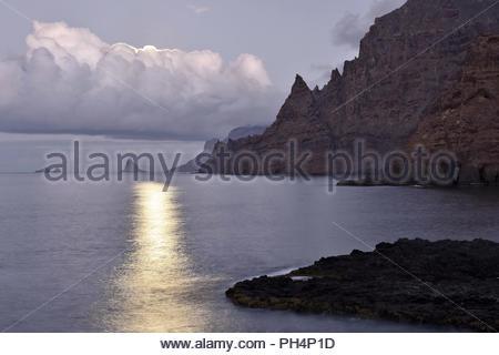 Robuste vulkanischen Küstenlinie, Anagagebirge im Nordosten von Teneriffa Kanarische Inseln Spanien. Mond über den Atlantik in den Abend. Stockbild