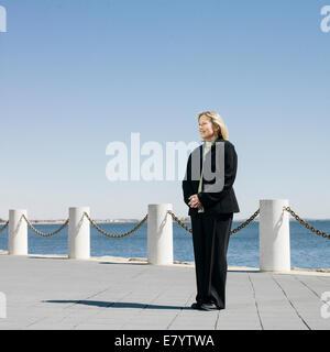 Frau mittleren Alters an Strandpromenade Stockbild