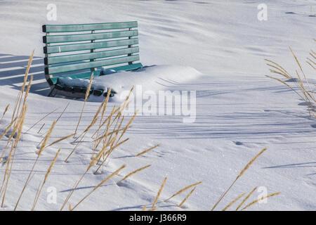 eine Bank mit Schnee bedeckt Stockbild