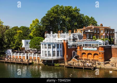 England, London, Hampton Court, das Mitre Hotel, Restaurant am Flussufer Stockbild