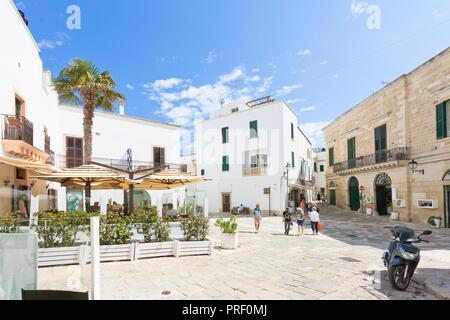 Otranto, Apulien, Italien - Mai 2017 - einige Touristen entdecken Sie die Altstadt von Otranto in Italien Stockbild