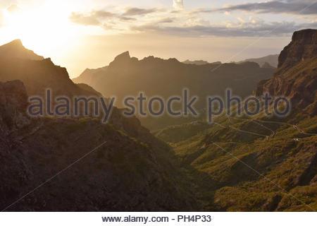 Masca Tal im Nordwesten von Teneriffa Kanarische Inseln Spanien. Sonne hinter vulkanischen Gipfeln der Teno Massiv. Malerische Aussicht vom Mirador de Cherfe. Stockbild