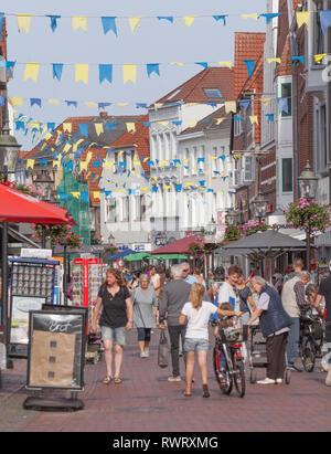 Fachwerkhäuser in der Fußgängerzone Lange Straße mit Fähnchen geschmückt, Altstadt, Buxtehude, Altes Land, Niedersachsen, Deutschland, Europa Stockbild