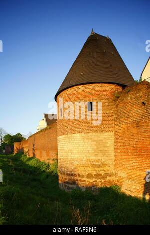 DEU, Deutschland, Duisburg: Turm der Stadtmauer bei Abendsonne | DEU, Deutschland, Duisburg: Turm der alten Stadtmauer Stockbild