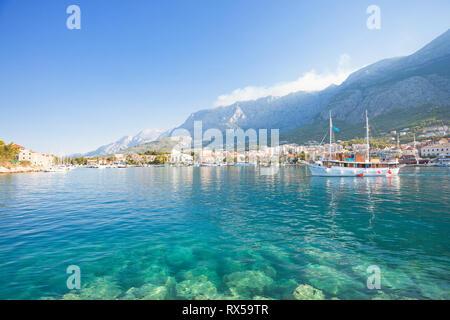 Makarska, Dalmatien, Kroatien, Europa - türkisblaues Wasser am wunderschönen Strand von Makarska. Stockbild