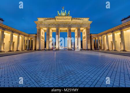 Das Brandenburger Tor in Berlin beleuchtet in den frühen Morgenstunden Stockbild