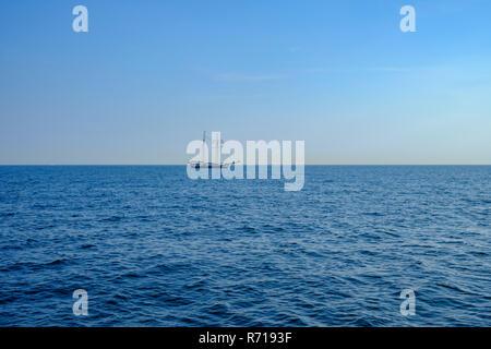 Das Schiff, dem Schoner BANJAARD, Segel über das Wasser am Horizont. Stockbild