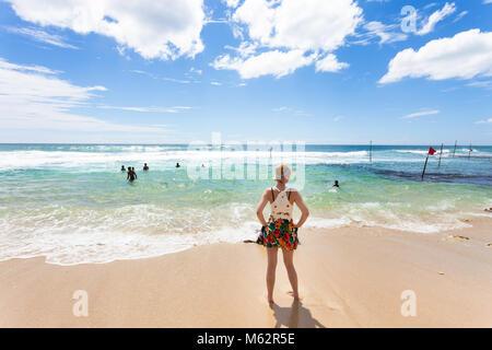 Koggala Beach, Sri Lanka, Asien - eine Frau auf dem Indischen Ozean bei Koggala Beach suchen Stockbild