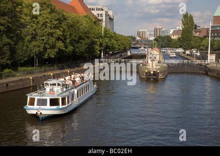 Fluss Spree in Mühlendamm Schleuse mit Ausflugsschiff, Berlin, Deutschland Stockbild