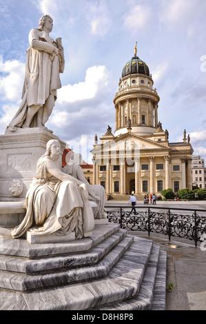 Französischen Dom und Schiller Statue, Gendarmenmarkt, Berlin Stockbild