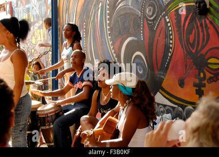 Straßenmusikanten und Wandmalereien in Callejon de Hamel; Havanna, Kuba Stockbild