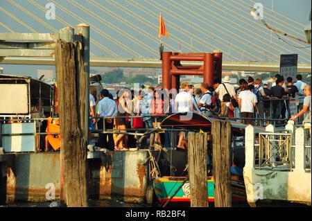 Boot Passagiere, Chao Phraya River, Bangkok, Thailand Stockbild