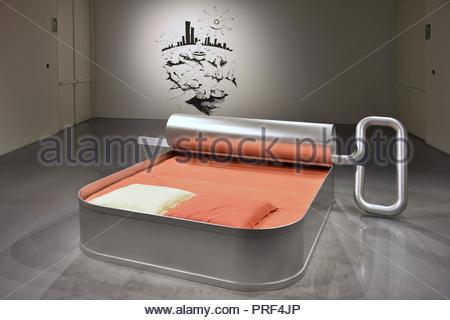 """New York, 06:00' (1995-2000) und """"Donuts"""" (2001) Werke von Franck Scurti am Centre Pompidou Museum für Moderne Kunst in Malaga Spanien angezeigt Stockbild"""
