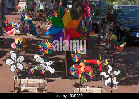 Farbenfrohe Windspiele, Windenergieanlagen, Dekoration, stehend auf dem Boden vor einem Geschäft, Deutschland, Europa ich Bunte Windspiele, Windräder, Dekorat Stockbild