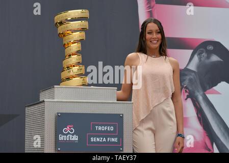Trofeo Senza Fine neben einer Trophäe während der 102. Ausgabe des Giro d'Italia 2019, Stufe 13 eine 196 km Etappe von Pinerolo zu Ceresole Reale (Lago Serrù) 2247 m gesehen. Stockbild