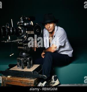 Portrait von Kameramann Ashok Mehta vor der Kamera sitzt, Indien, Asien Stockbild