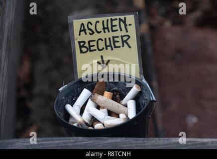 Berlin, Deutschland. 17 Dez, 2018. Ein Aschenbecher mit Zigarettenkippen gefüllt auf der Tempelhofer gesehen werden. Credit: Paul Zinken/dpa/Alamy leben Nachrichten Stockbild