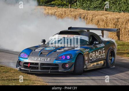 2016 Dodge Viper Formel Drift Auto mit Fahrer Dekan Kearney brennendes Gummi am Goodwood Festival 2018 von Geschwindigkeit, Sussex, UK. Stockbild