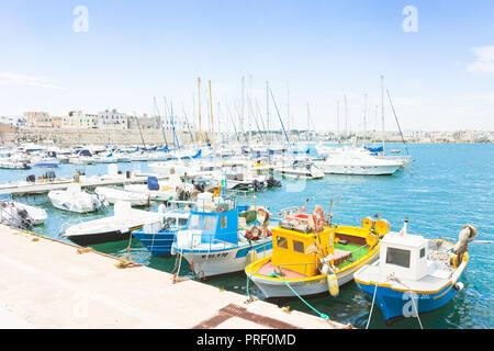 Otranto, Apulien, Italien - Mai 2017 - Mehrere Fischerboote am Kai von Otranto in Italien Stockbild