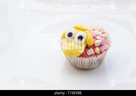 Detail der lustige Östlichen Muffins mit Schaf Figur im weißen Hintergrund. Stockbild