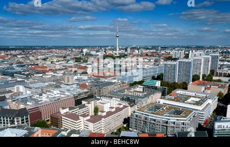 Blick auf Skyline von Berlin mit Fernsehturm oder Fernsehturm am Alexanderplatz nach hinten Stockbild