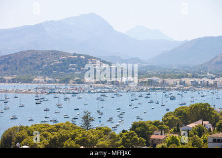 Port de Pollenca, Mallorca, Balearen, Spanien - viele Boote am Meer Hafen von Port de Pollenca Stockbild