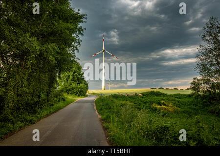 Eine Windenergieanlage wird von der Sonne beleuchtet Stockbild