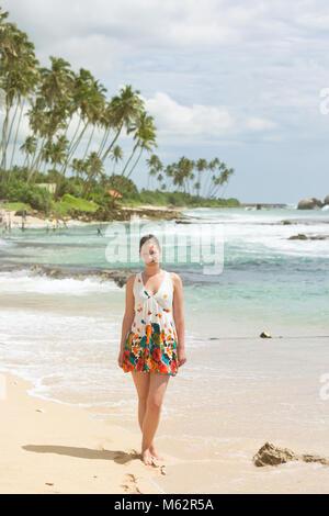 Koggala Beach, Sri Lanka, Asien - eine Frau, die auf dem Sand bei Koggala Beach Stockbild