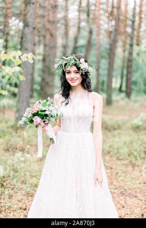 Die Braut Ist Eine Rustikale Hochzeit Blumenstrauss Und Verschiedenen Krautern Stockfotografie Alamy