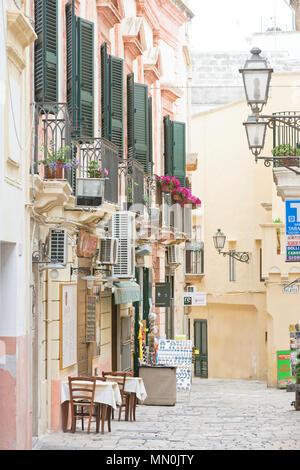 Gallipoli, Apulien, Italien - Mai 2017 - Traditionelle Fassaden in der Fußgängerzone von Gallipoli Stockbild