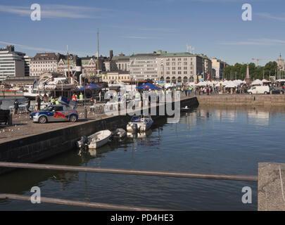 Kauppatori, der Marktplatz im Zentrum von Helsinki Finnland mit partisipants an den Halbmarathon vorbei Stockbild