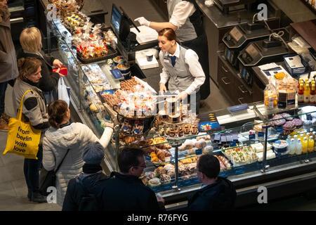 Shopping für Schokolade Lindner shop in Berlin Alexa Einkaufszentrum am Alexanderplatz Stockbild