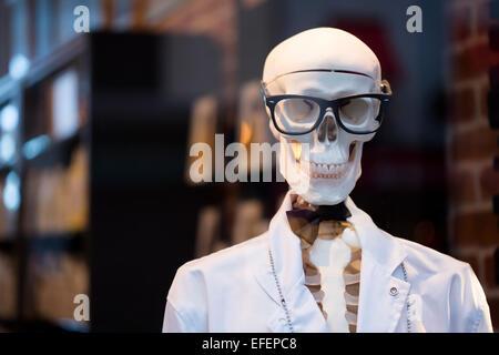 Skelett verkleidet als Arzt mit Brille Stockbild