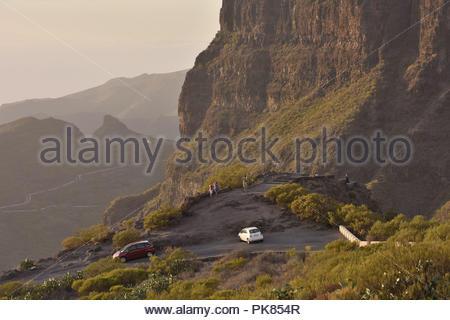 Mirador die Cherfe Aussichtspunkt, Touristen, am Abend Blick auf Masca Tal. Hohe Mauern von Teno Massiv im Nordwesten von Teneriffa, Kanarische Inseln. Stockbild