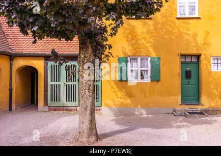 Fuggerei, Augsburg, Bayern, Deutschland - Typische Eingänge zu den Armenhäusern. Stockbild